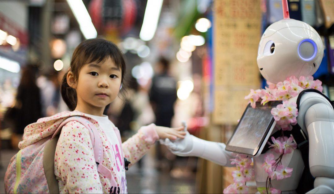 Jeune fille de type asiatique tenant la main d'un robot
