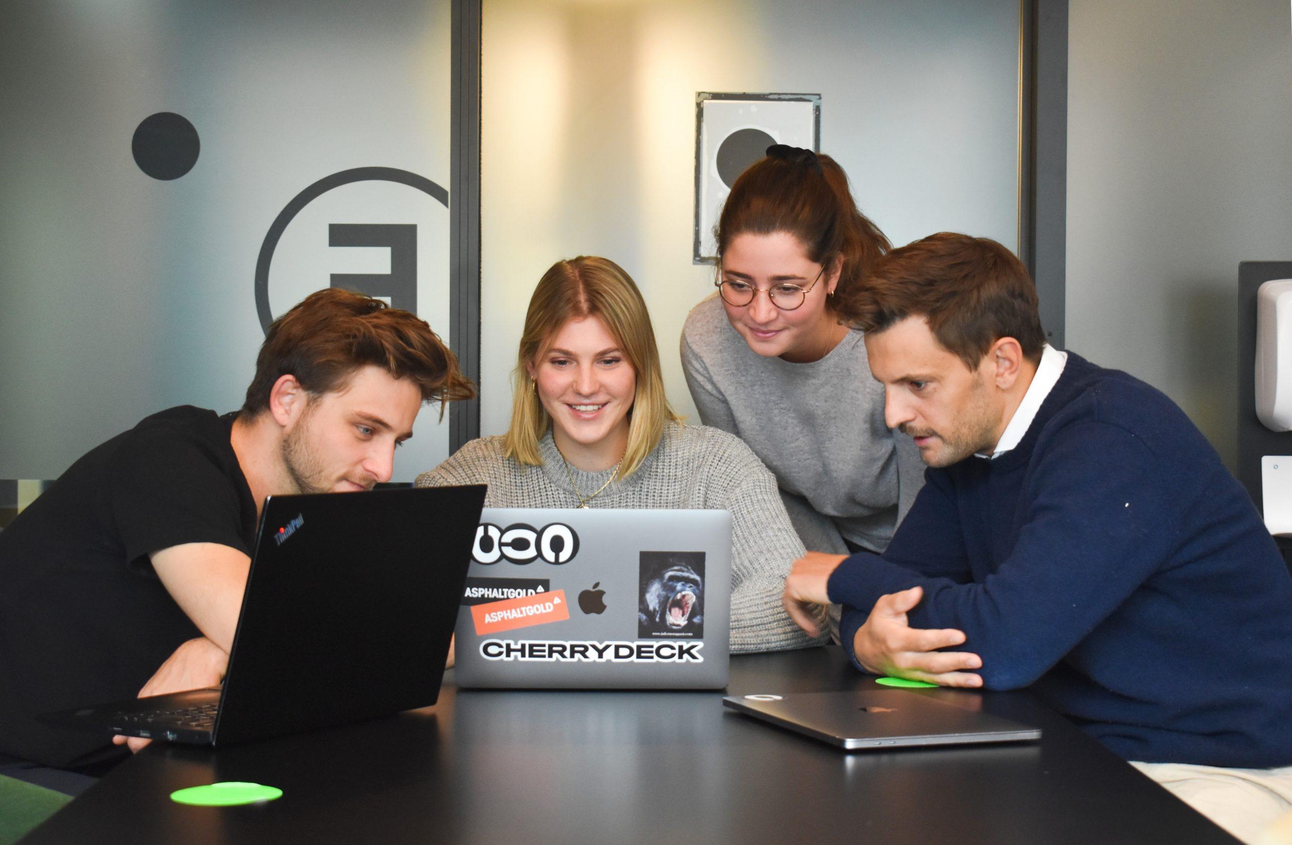 Développeurs heureux devant un ordinateur